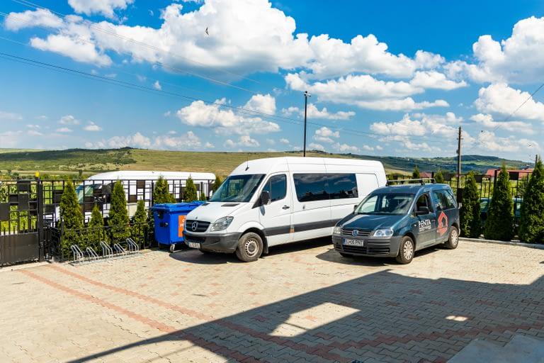Mașinile firmei în curtea bazei de producție Penta Media