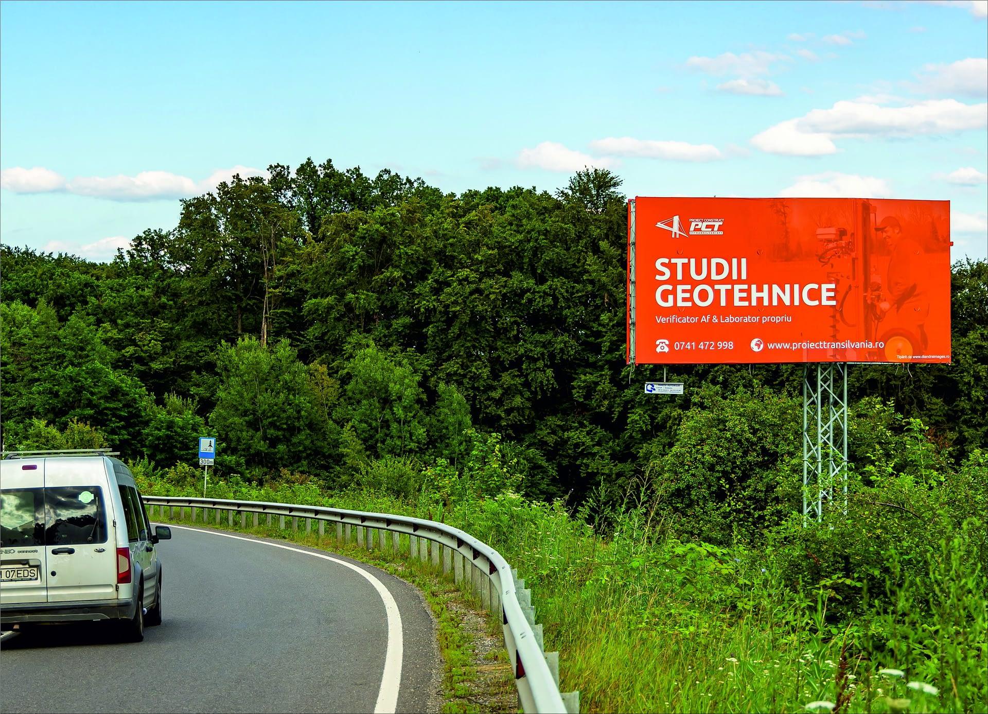 Panou publicitar de tip Unisign pe un drum național