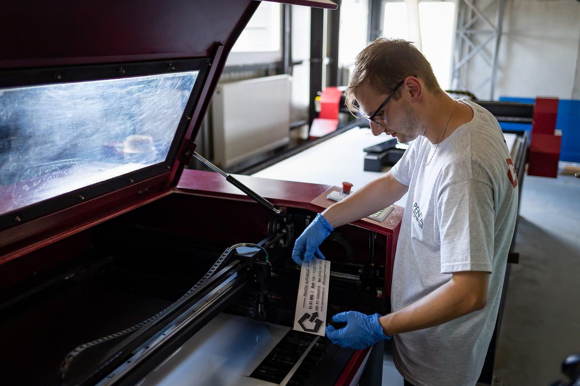 Gravare cu laser se utilizează în principal pentru  personalizarea anumitor obiecte .