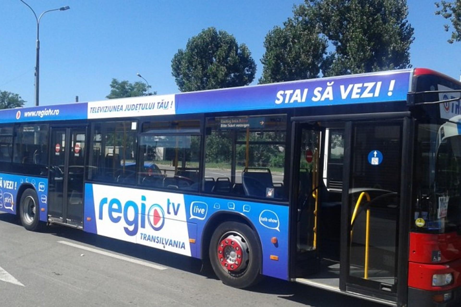 Autobuz colantat tranzitează orașul