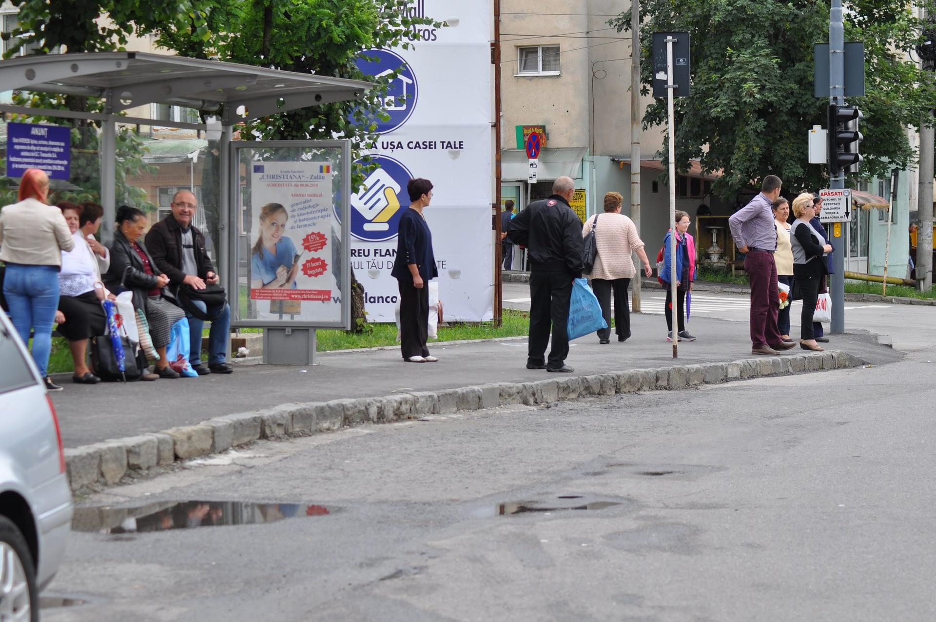 Stație de autobuz decorată cu material publicitare