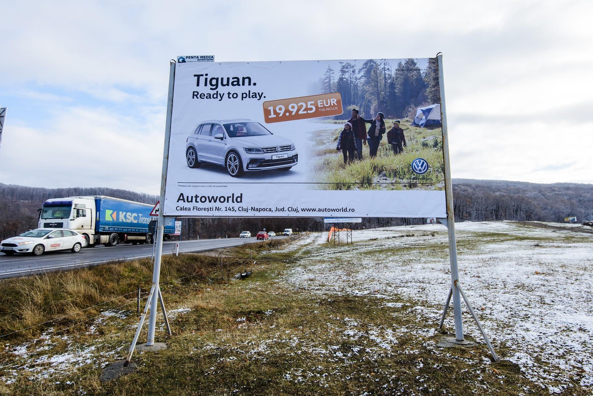 Panou Billboard amplasat pe un drum național
