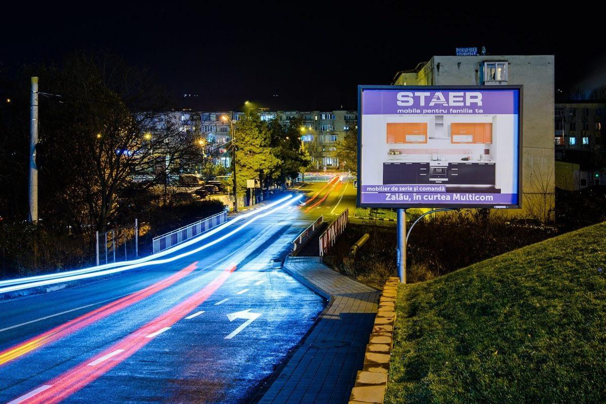 Panou Backlit amplasat pe marginea străzii seara